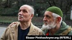 Слева – фигурант «дела Веджие Кашка» Асан Чапух после заседания суда, на котором его перевели под домашний арест, 24 января 2019 года