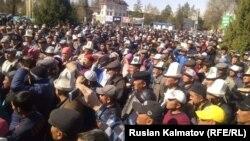Ақсы ауданы орталығында жиналған адамдар. Жалалабад облысы, Қырғызстан, 22 наурыз 2016 жыл.