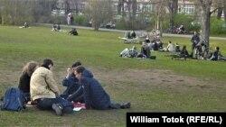 Nerespectarea ţinerii distanţei într-un parc berlinez, 18 martie 2020
