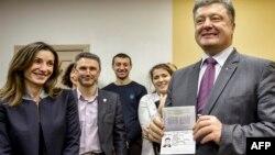 Петр Порошенко с новым биометрическим паспортом гражданина Украины, январь 2015 года