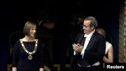 Новый президент Эстонии Керсти Кальюлайд и уходящий президент Тоомас Хендрик Ильвес.