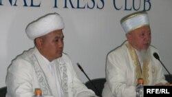 Бас мүфти Әбсаттар қажы Дербісәлі (оң жақта) мен Алматыдағы орталық мешіттің бас имамы Құлмұхаммед Махамбет. Алматы, 17 тамыз, 2009 жыл.