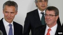 Генеральный секретарь НАТО Йенс Столтенберг (слева) и министр обороны США Эштон Картер (справа) на встрече министров обороны стран НАТО в Брюсселе, 24 июня 2015 года.
