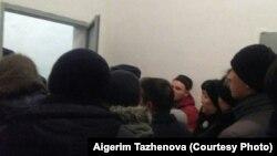 Родственники заключенных ожидают разрешения, чтобы попасть на территорию колонии ЕЦ-166/4 в Акмолинской области. 13 декабря 2017 года.