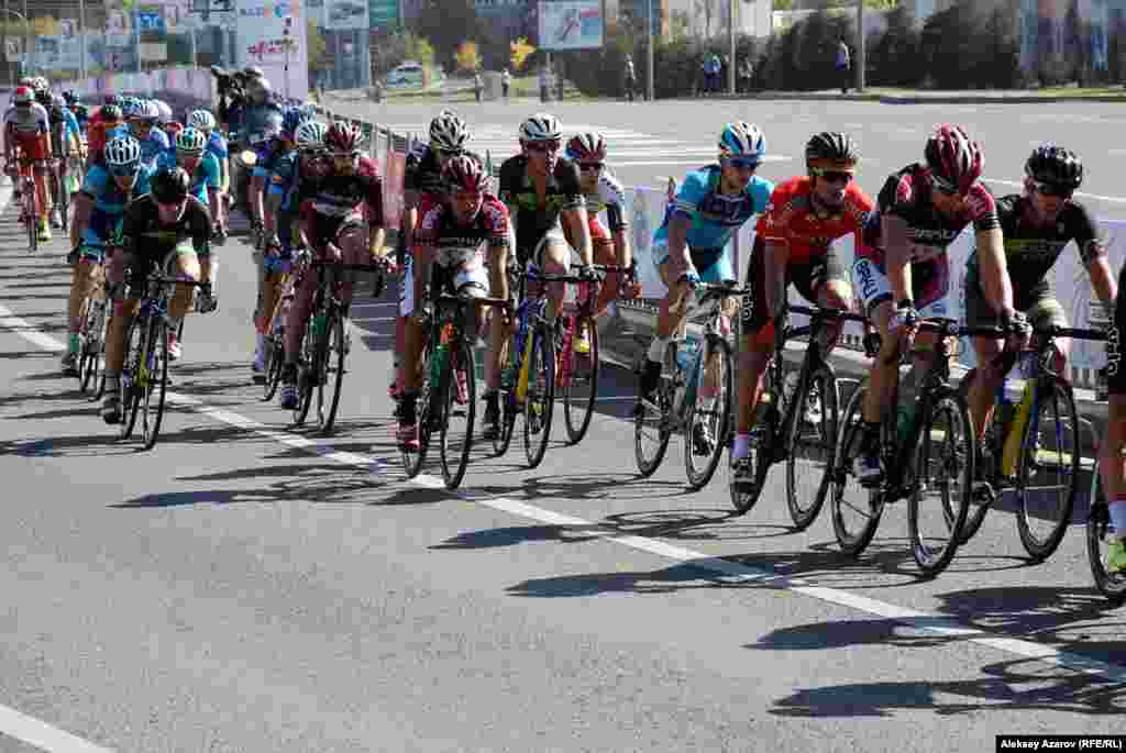 Велосипедистов на «Тур Алматы» можно было лучше рассмотреть, стоя у обочины проспекта Аль-Фараби. Алматы, 4 октября 2015 года.