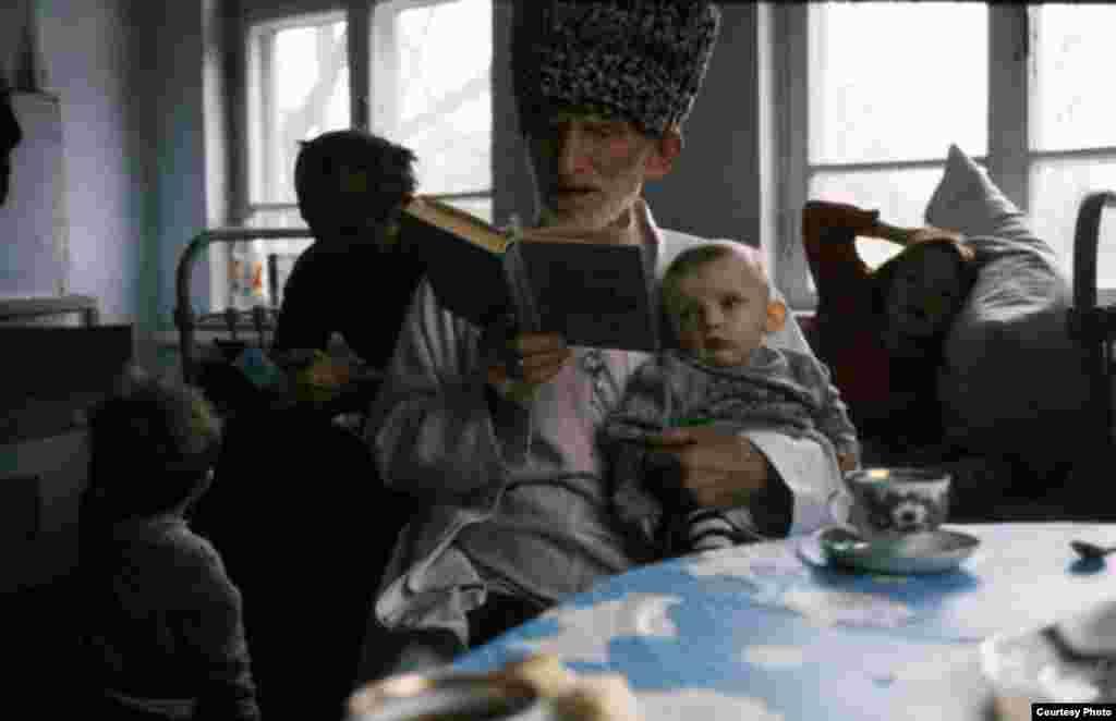 დიდი პაპა და შვილთაშვილი (ჩეჩნეთი, 1998) - ჯოჯოხეთის ქრონიკები - ფოტოგამოფენა ჩეჩნეთზე