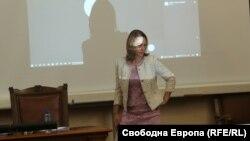 Председателката на Народното събрание Ива Митева също напусна пленарната зала, въпреки че именно тя беше подготвила проекторешението за оттеглянето на Пламен Николов като кандидат-премиер