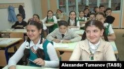 Школьники во время занятий. Ашхабат, 16 июня 2008 года.