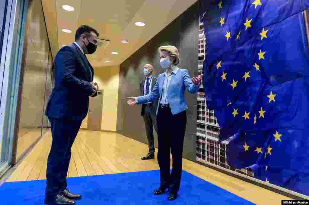 МАКЕДОНИЈА - Се осигуравме дека и во Европската Комисија и во Европскиот Парламент и во било која друга европска институција, клучните претставници знаат и разбираат дека македонски идентитет не е за преговори и никогаш нема да биде за преговори, порача премиерот Зоран Заев по посетата на Брисел.