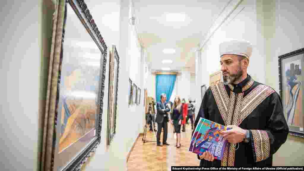 У відкритті виставки взяв участь голова Духовного управління мусульман Криму і муфтій КримуАйдер Рустемов