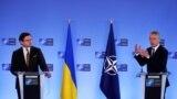 Єнс Столтенберґ (п) Дмитрові Кулебі (л): НАТО рішуче підтримує Україну