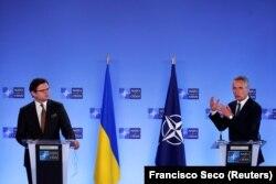 Secretarul general al NATO, norvegianul Jens Stoltenberg, și ministrul ucrainean de Externe, Dmitri Kuleba, în timpul unei conferințe de presă la Bruxelles - 13 aprilie 2021
