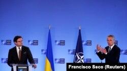 Дмитрий Кулеба (слева) и Йенс Столтенберг на пресс-конференции в штаб-квартире НАТО в Брюсселе, 13 апреля 2021