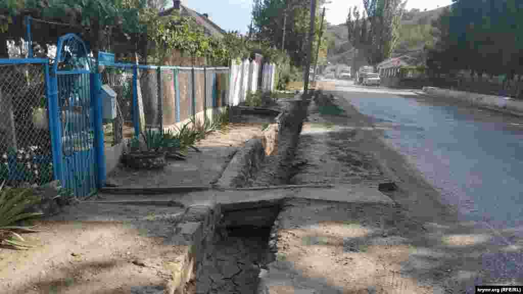 Вдоль дороги по уклону в сторону реки идет ливневая канализация, без нее село бы просто затапливало потоками с гор во время обильных дождей. Сегодня река Ускут полностью высохла