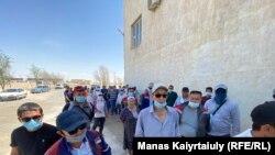 Сотрудники коммунального предприятия «Тазалык-С» на забастовке. Жанаозен, 19 июля 2021 года