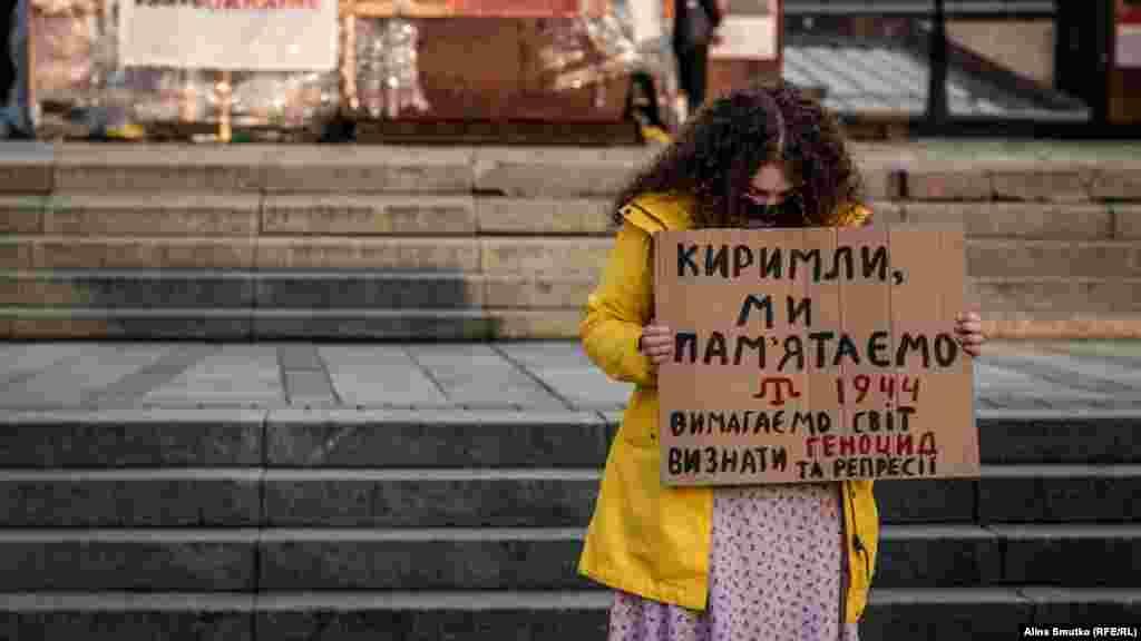 «Qırımlı, biz unutmadıq»– aktsiya iştirakçisiniñ plakatındaki yazı