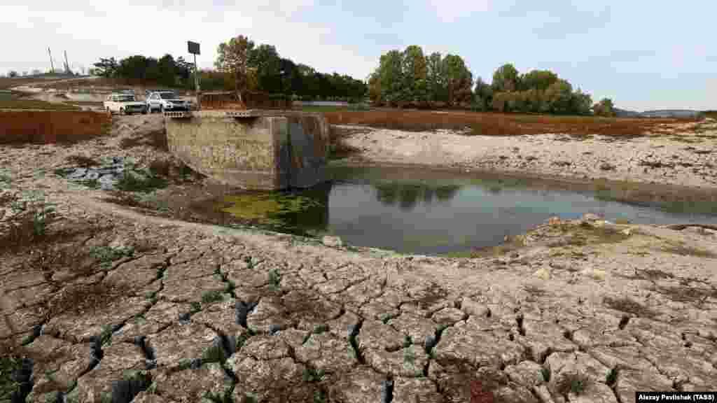 Так выглядит обмелевшее из-за засухи Бахчисарайское водохранилище (озеро Эгиз-Оба)