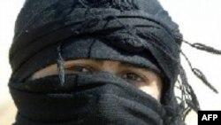 یک زن هوادار حزب کارگران کردستان ترکیه یا پ ک ک