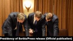 Predsednik Srbije Aleksandar Vučić, ministar finansija u Vladi Srbije Siniša Mali i direktor Kancelarije za Kosovo Marko Đurić gledaju u dokumenta, Vašington, 4. septembar 2020.