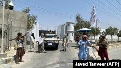 Боевики у въездных ворот министерства внутренних дел Афганистана, 17 августа 2021 года. Вооруженные люди в Кабуле — обычная картина