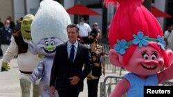 """Губернаторът на Калифорния Гавин Нюсъм обявява """"голямото отваряне"""" на пресконференция в Umiversal studios в Холивуд"""