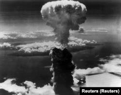 Fumul se ridică peste orașul japonez Nagasaki după ce bomba atomică a fost lansată asupra orașului pe 9 august 1945.