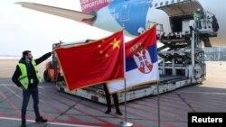 U izveštaju se ističe i da su kineski mediji i zvaničnici široko promovisali nabavku i planiranu proizvodnju kineske vakcine u Srbiji (fotografija sa dopremanja kineske vakcine u Srbiju, janjuar 2021)