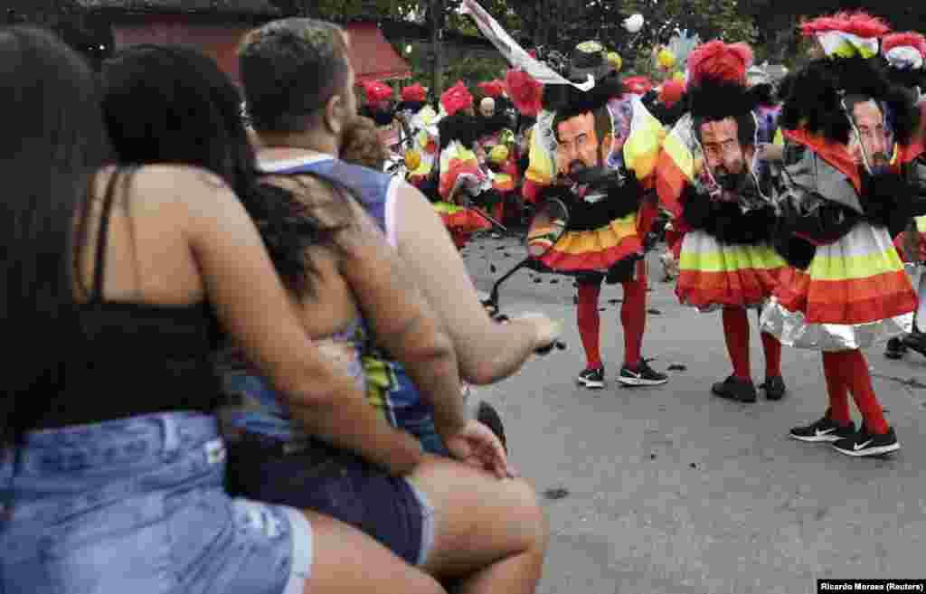 Але деякі бразильці, незважаючи на коронавірусні обмеження, все одно намагалися влаштувати народні гуляння