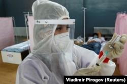 Medicinski specijalist liječi pacijente u bolnici u Biškeku u julu.