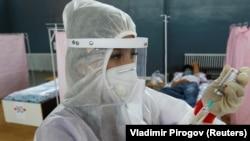 Медик в защитном костюме в одном из временных стационаров в Бишкеке. 2020 год.