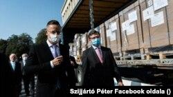Szijjártó Péter magyar és Dmitro Kuleba ukrán külügyminiszter, 2020. szeptember 23-án Ungváron átadja a magyar állam által Kárpátaljának ajándékozott lélegeztetőgépeket.