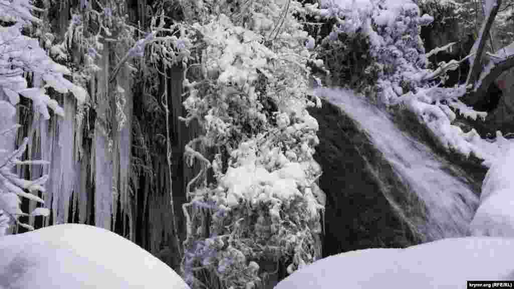 Ожилий після снігопадів водоспад Су-Учхан в обрамленні крижаних бурульок