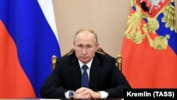 Президентът Владимир Путин по време на видеоконферентна връзка с членовете на Съвета за сигурност на Руската федерация, 6 ноември 2020 г.