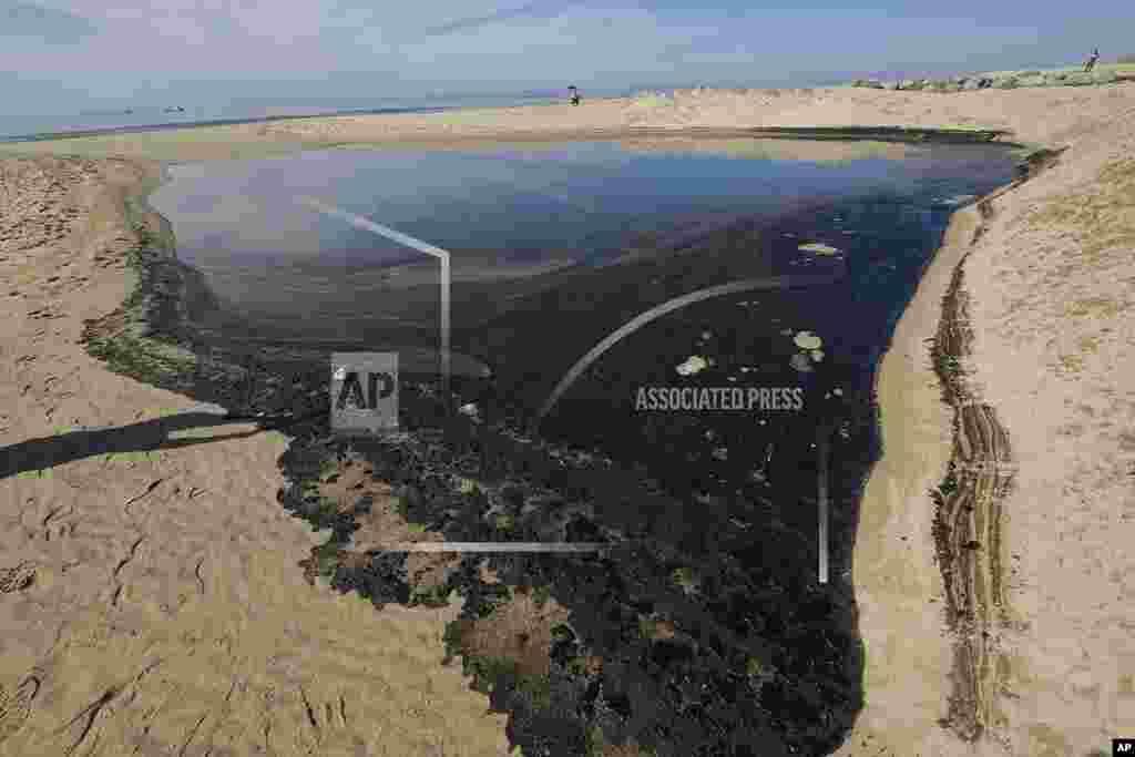 Több mint 572 ezer liter olaj szivárgott a Csendes-óceánba. A szennyezés egy szörfösök és strandolók által kedvelt területet érintett Huntington Beach és Newsport Beach között. A strandokat lezárták