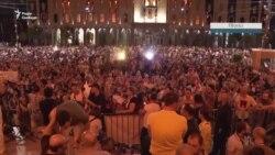 Жовті картки та повітряні кулі. Нічні протести у Грузії – відео