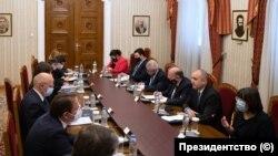 Срещата на Румен Радев с еврокомисаря по разширяването Оливер Вархей и външния министър на Португалия Аугущо Сантуш Силва