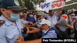 Полицейские и участники антиправительственного митинга возле Дворца спорта в Алматы. 6 июля 2021 года