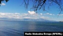 Поглед на Охридското Езеро од селото Радожда во Струга.