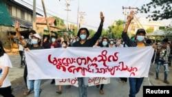 Diáktüntetés a junta ellen a mianmarbeli Mandalayben, 2021. május 10-én