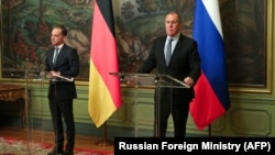 German Foreign Minister Heiko Maas (left) with his Russian counterpart, Sergei Lavrov
