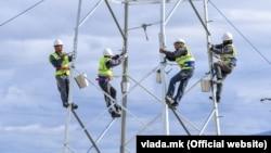 Работници на електричен столб. Илустрација.