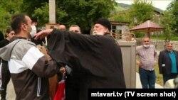 Митрополит Антон сначала нанес журналисту словесное оскорбление, попытался выхватить микрофон, а затем ударил рукой по шее