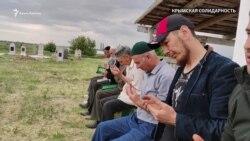 «Bir daa olmasın dep dua etem». Qırımtatar halqı genotsidiniñ qurbanları hatırasına dua (video)