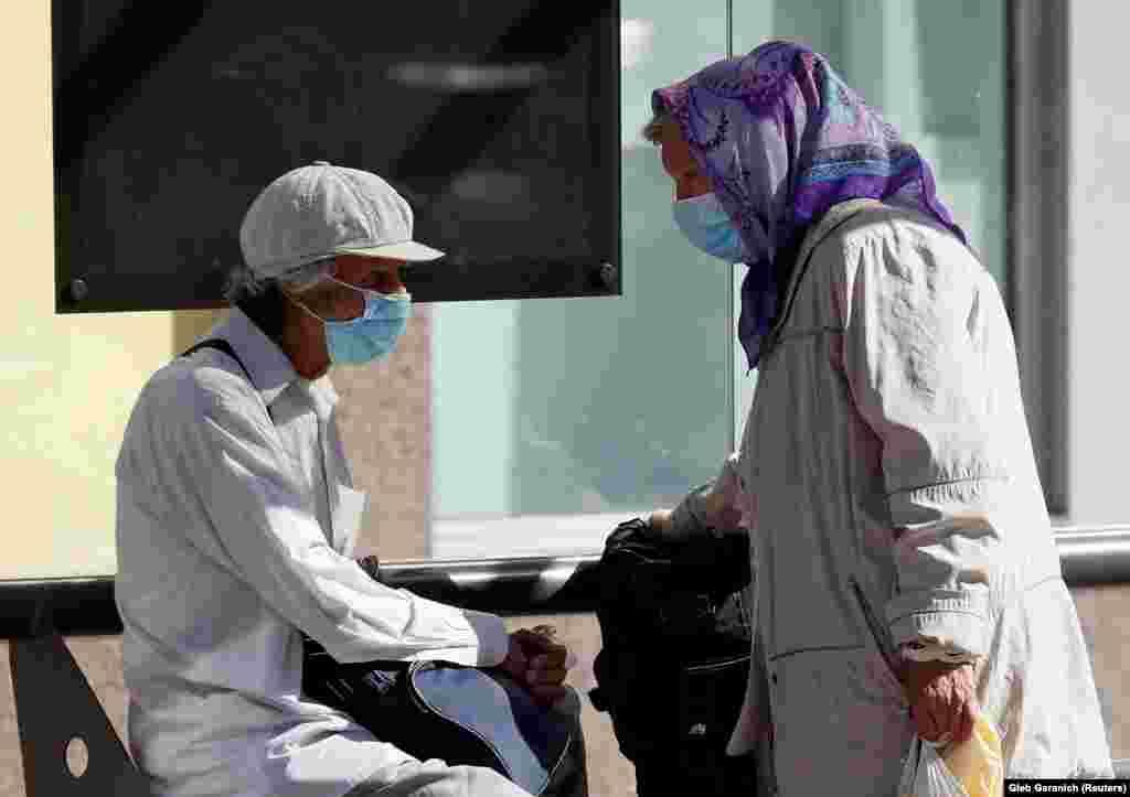 Ukrajna - Maszkot viselő idős emberek a COVID-19 járvány idején Kijev központjában. (Fotó: Reuters)