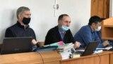 Бывший высокопоставленный чиновник Анатолий Шкарупа (слева) на судебном заседании по его делу. Караганда, 17 ноября 2020 года.