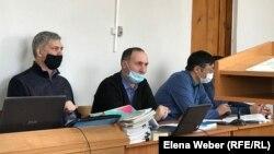 Анатолий Шкарупа (слева), бывший вице-министр энергетики и бывший аким Сарани, города в Карагандинской области, на заседании суда.