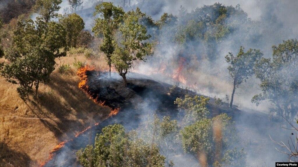 ادامه آتشسوزی در ارتفاعات کوههای حاتم پس از چهار روز