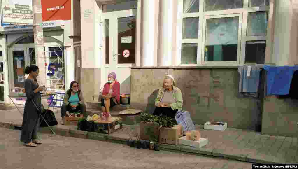 Дачницы продают свой урожай на рынке у Малахова кургана