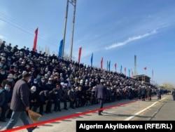 Собравшиеся на стадионе в Баткене жители, 2 ноября 2020 г.