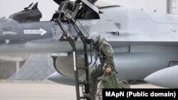 """Încă două aeronave de tip F-16 Fighting Falcon au ajuns în România în octombrie, 2020, la Baza 86 Aeriană """"Locotenent aviator Gheorghe Mociorniță"""", de la Borcea."""